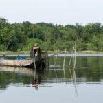 Ein Fischer prüft die Netze