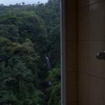 Beim Duschen den Wasserall sehen
