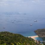 Auf dem höchsten Punkt der Insel mit Blick nach Panama City und Einfahrt zum Kanal
