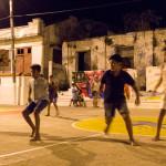 Fußball auf dem Platz vor der Kirche