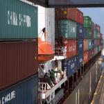 In Griffweite ziehen die Containerriesen vorbei