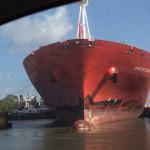 Über das Schleusentor, direkt vorbei vor einem Schiff, das gerade geschleust wird