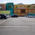 Wie ein Bunker steht Albrook Mall in der Landschaft