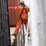 Maßarbeit beim Einetzen der Container