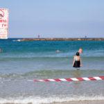 Schwimmen verboten! Mit den Vorschriften nehmen es die Israelis nicht ganz so genau.