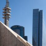 Im Vordergrund Tel Aviv Museum of Arts im Hintergrund Hochhäuser und Sendemast