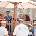 Am Zaun treffen sich Frau und Mann, die nicht gemeinsam an der Klagemauer weilen dürfen