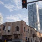 Immer wieder alten Gebäuzde neben modernen Hochhäusern