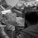 Die Geschenke stapeln sich bis unter die Decke